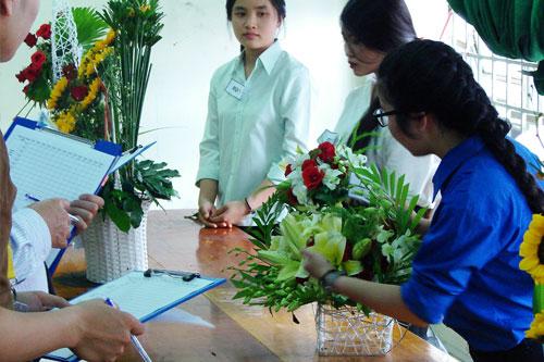 Các đội đang thuyết trình phần thi cắm hoa của mình