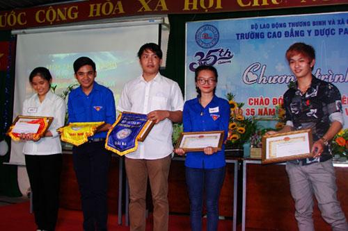 Các đội đạt giải trong phần thi cắm hoa