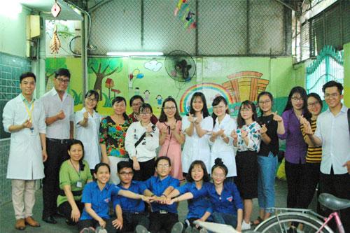 Chụp ảnh lưu niệm cùng các thầy cô tại trường