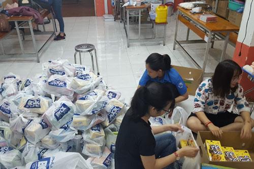 Các bạn sinh viên đang chuẩn bị quà cho các em học sinh