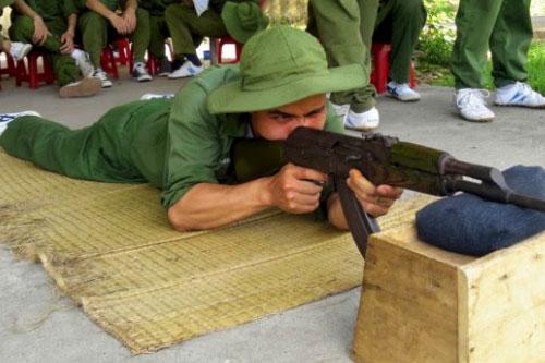 Học viên đang tập luyện bắn súng AK