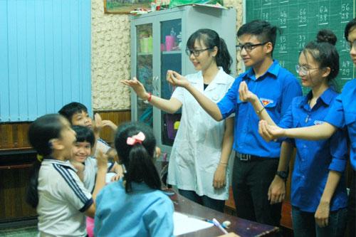 Sinh viên giao lưu với các em học sinh