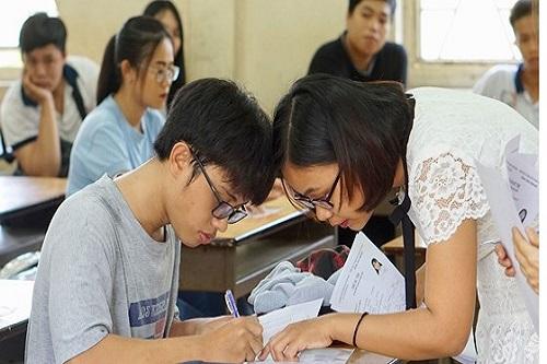 Thí sinh vào phòng thi bắt đầu kiểm tra lại thông tin