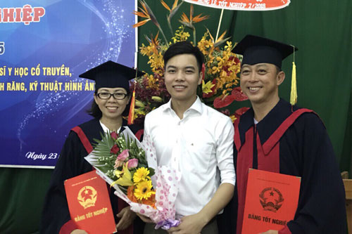 Sinh viên tặng hoa chúc mừng Nhà trường