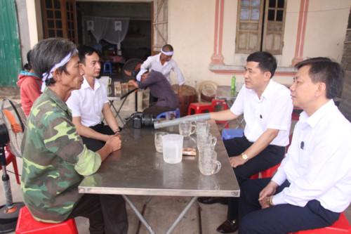 Lãnh đạo Sở GD&ĐT Nghệ An thăm hỏi gia đình học sinh bị đuối nước.