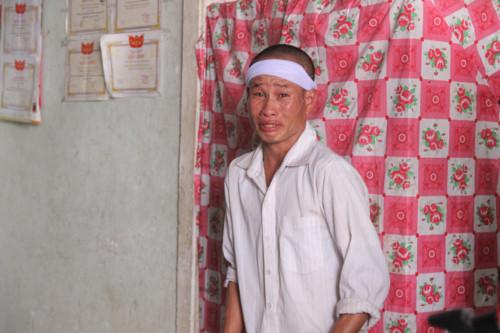 Người thân em Nguyễn Gia Tiến òa khóc khi thấy người người thăm hỏi, động viên.