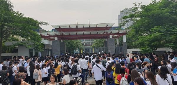 Tại điểm thi Trường THCS&THPT Lương Thế Vinh, thí sinh xếp hàng dài chờ vào phòng thi. Ảnh: Huyên Nguyễn